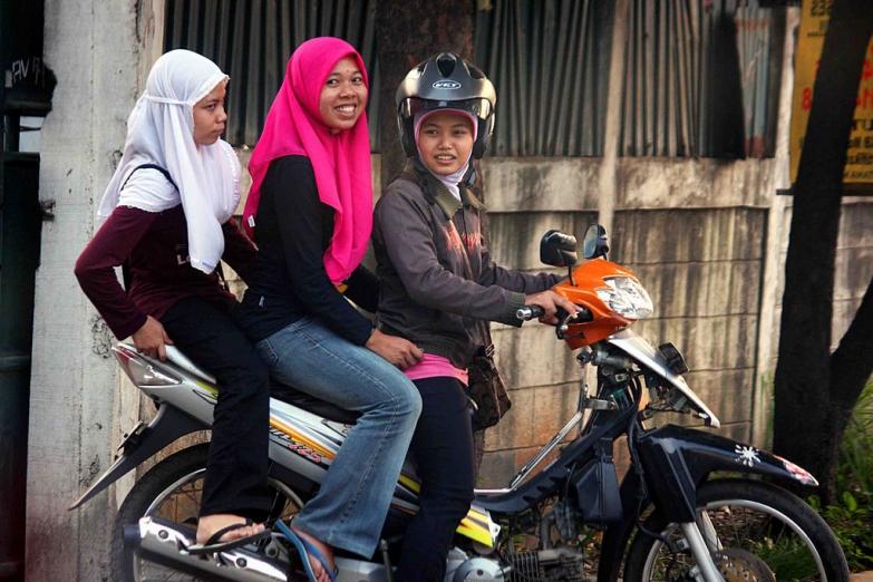 Юные жительницы Джакарты