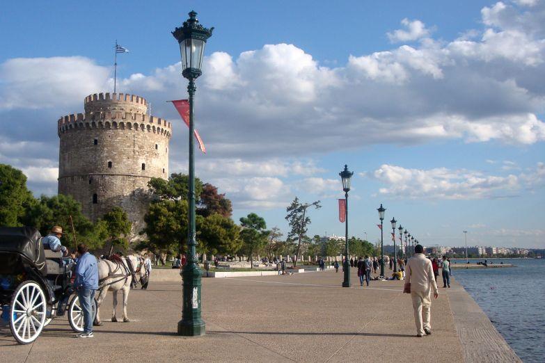 Белая башня на городской набережной