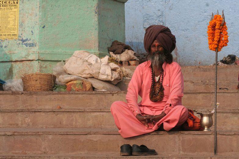 Йогин медитирует на ступенях гхата в Варанаси
