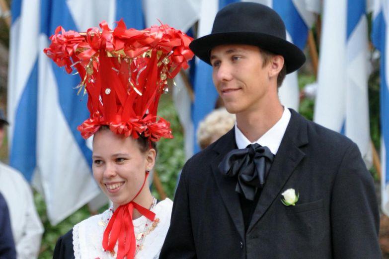 Молодая пара в традиционной одежде