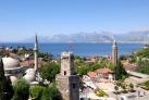 Вид на город и башню с часами