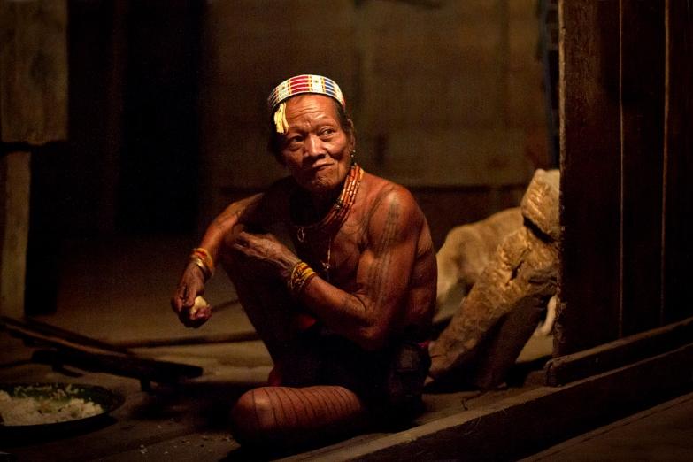 Представитель племени ментаваи на Западной Суматре