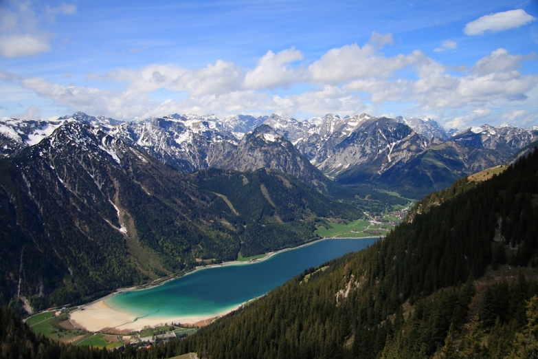 Горная долина с озером